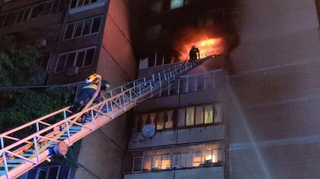 В Киеве ночью горела жилая девятиэтажка: из-за пожара эвакуировали 15 человек (фото)