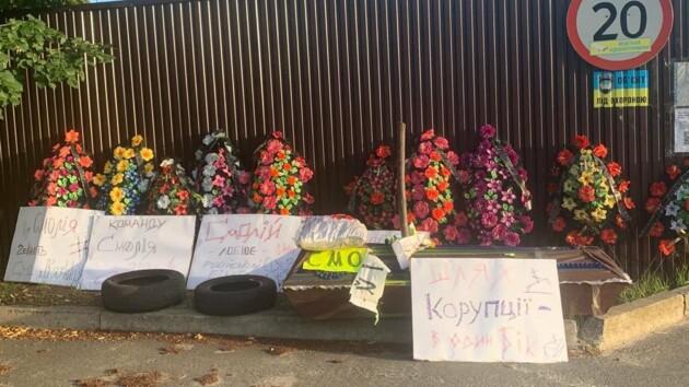 Неизвестные привезли гроб и венки в поселок,  где живет экс-глава НБУ Смолий