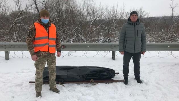 Передача тіла бійця ЗСУ українській стороні / Facebook Юрія Бірюкова