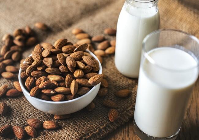 Диетологи рекомендуют пить растительное молоко