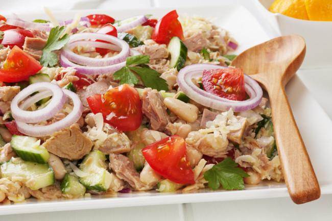 Салат из тунца и фасоли с овощами