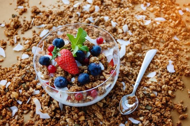 Домашнюю гранолу чаще всего подают с йогуртом