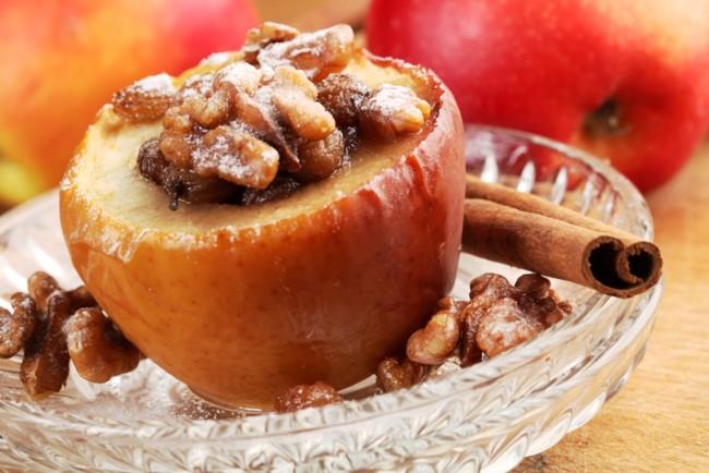 Печені яблука з соусом