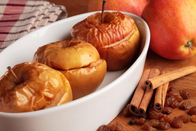 Запечені яблука в духовці з корицею