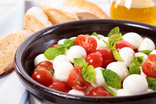 Капрезе готовят из сыра, томатов и базилика