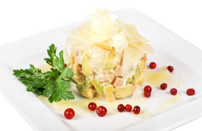Салат из копченого филе и ананасов