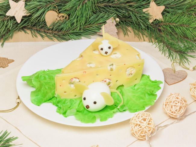Салат в виде кусочка сыра
