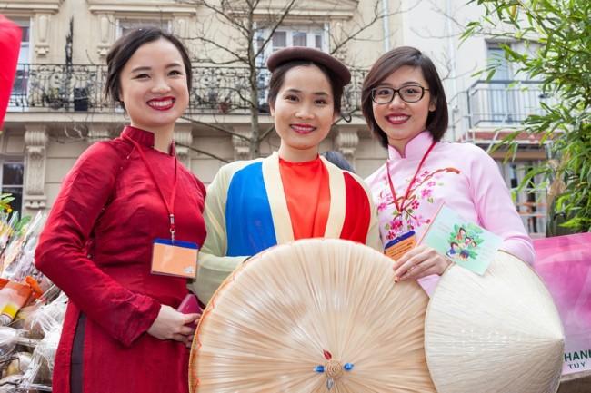 Китайцы надевают праздничные наряды