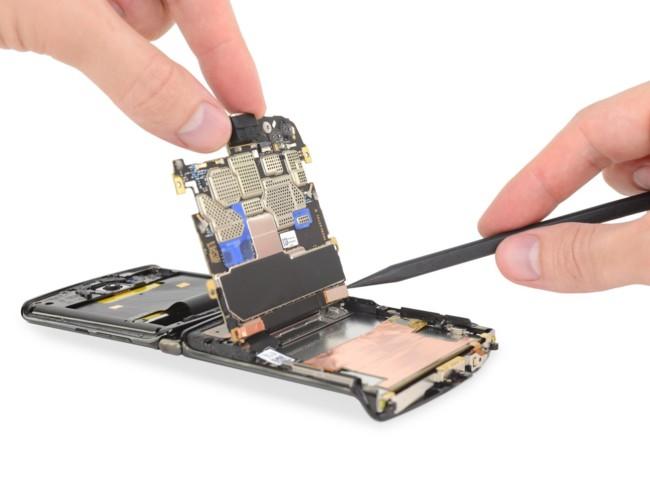 Motorola Razr крайне трудно разбирать, а еще труднее – чинить