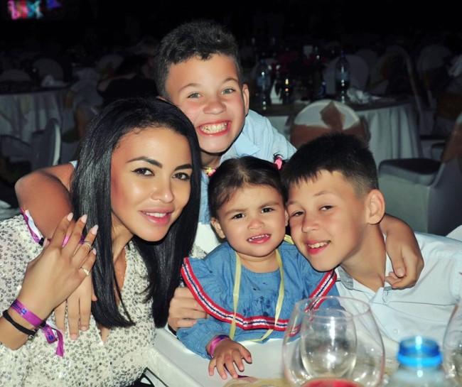 Полина Ололо с детьми