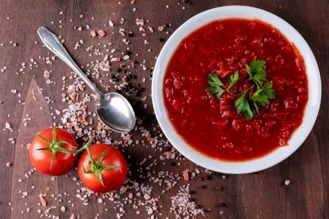 В пересоленный томатный суп добавьте сметану