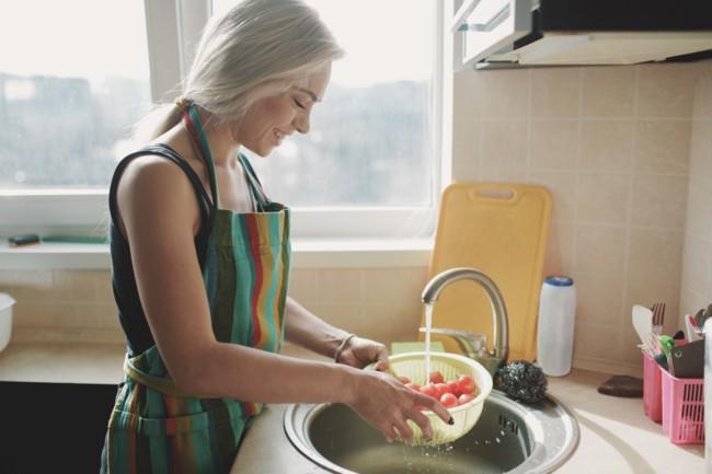 Овощи и фрукты нужно мыть горячей водой в течение 15 секунд