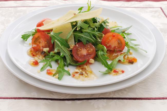 Салат с помидорами, рукколой и сыром