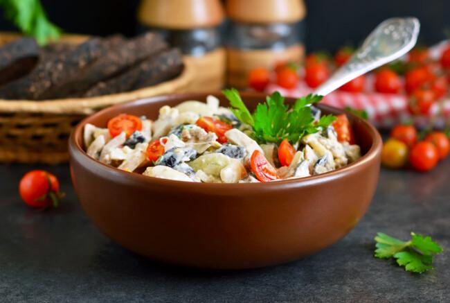 Салат с черемшой, курицей и помидорами