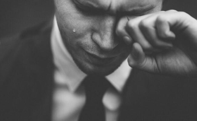 Как правильно реагировать на слезы окружающих