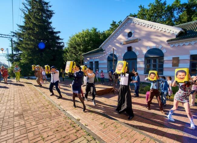 Прямо на станції: Павло Зібров влаштував шоу для пасажирів електрички