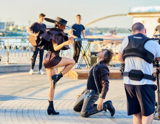 Michelle Andrade в міні-сукні влаштувала гарячі танці в центрі Києва: фото