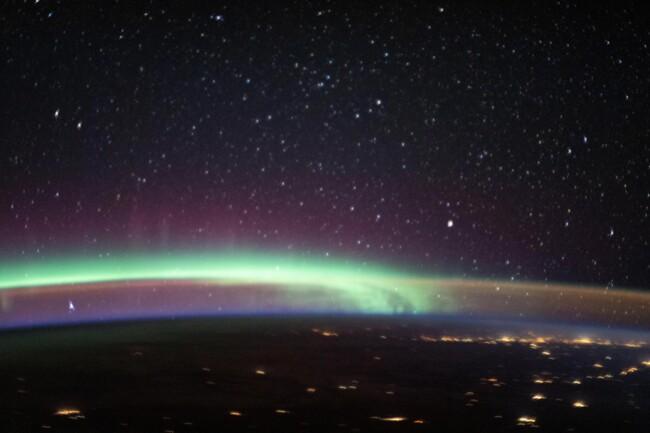 Астронавты на МКС стали свидетелями редчайшего явления – свечения авроры с полярным сиянием
