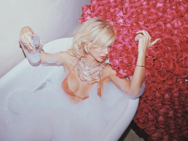 Светлана Лобода в свой день рождения снялась в прозрачном бра в ванне с розами (фото)