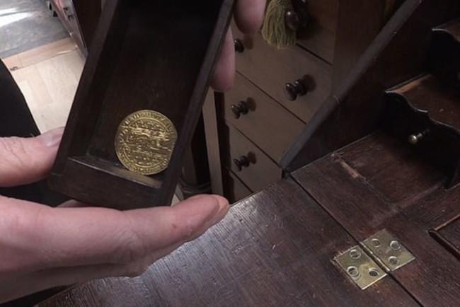 Женщина нашла в столе золотую монету Фото: Facebook