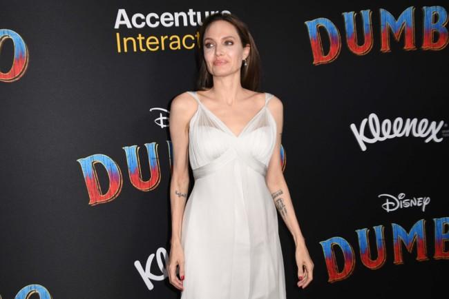 Анджелина Джоли в белом шелковом платье