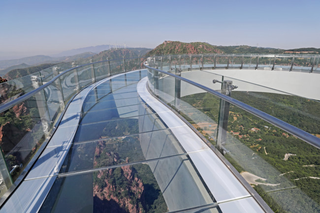 В США потрескался стеклянный балкон небоскреба
