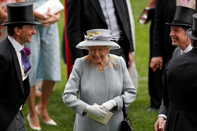 Єлизавета II взяла під контроль життя Меган Маркл і принца Гаррі - ЗМІ