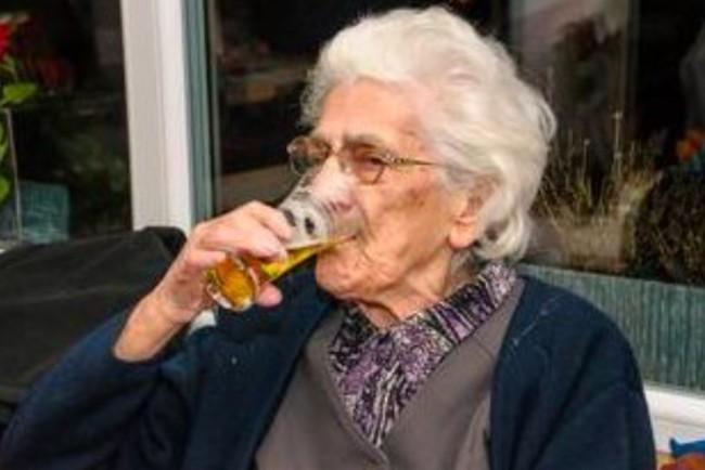 97-летняя Робертина почти каждый день пьет пиво Фото: scoopnest.com