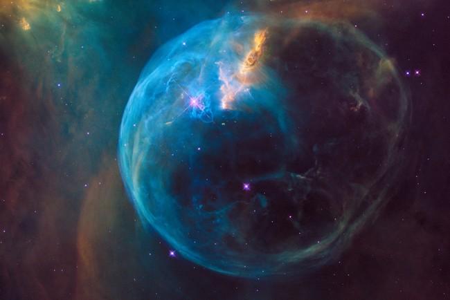 Пространство-время Вселенной искривлено и замкнуто