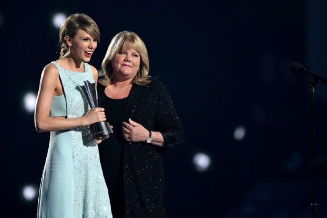 Тейлор Свифт с мамой