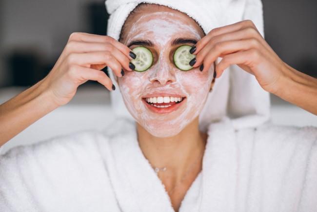 Домашні маски добре зволожують суху шкіру