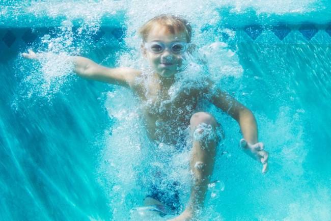 Дитина чотири хвилини пролежала на дні басейну