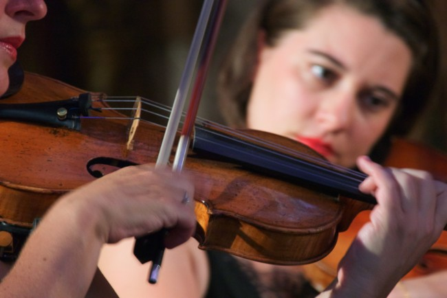 Жінка грала на скрипці під час операції