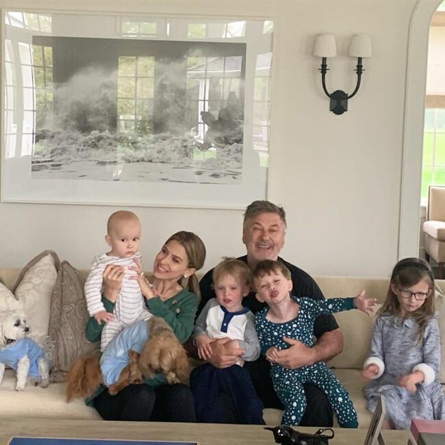 В 62-летнего Алека Болдуина и его жены родился пятый ребенок: первое фото малыша