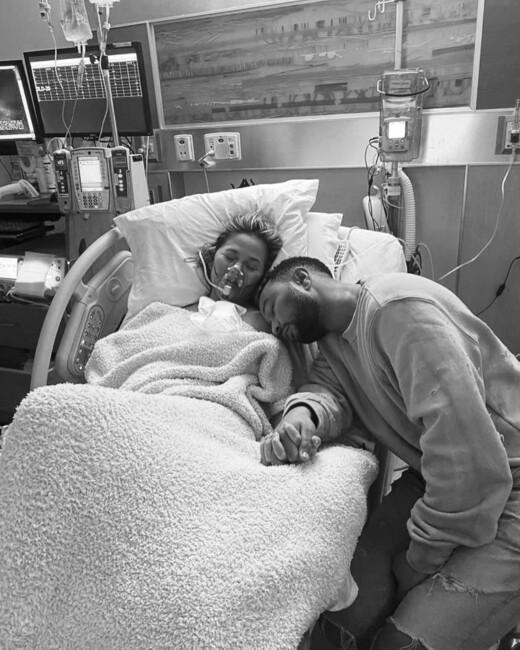 Джон Ледженд и Крисси Тейгена потеряли третьего ребенка фото пары из клиники