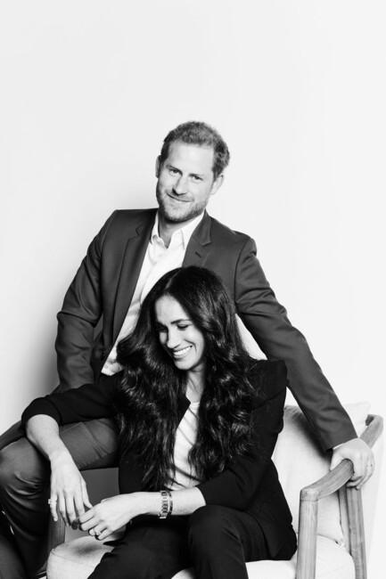 Фото дня: Меган Маркл и принц Гарри улыбаются на новом официальном портрете