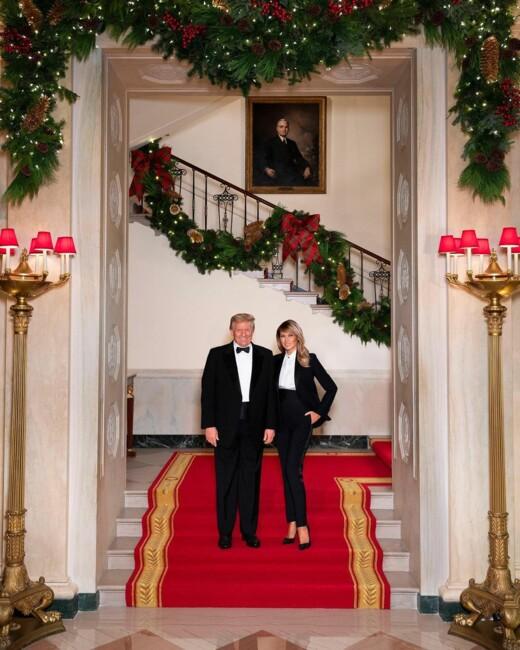 Мелания и Дональд Трамп поделились последним рождественским фото из Белого дома