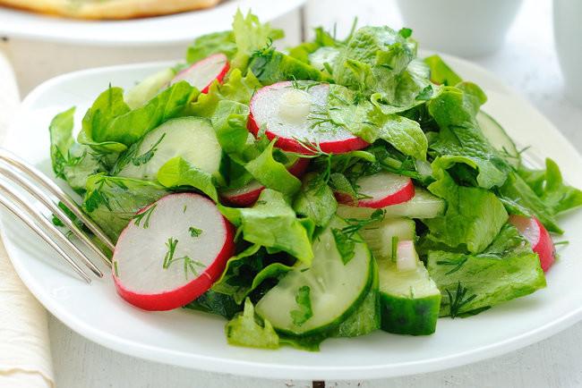 Зелений салат з редисом