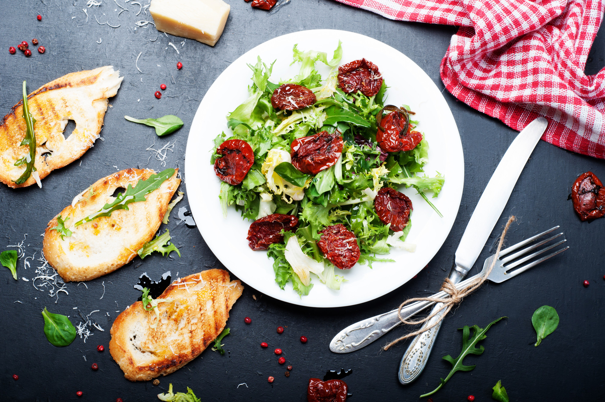 Руккола хорошо сочетается со свежими овощами