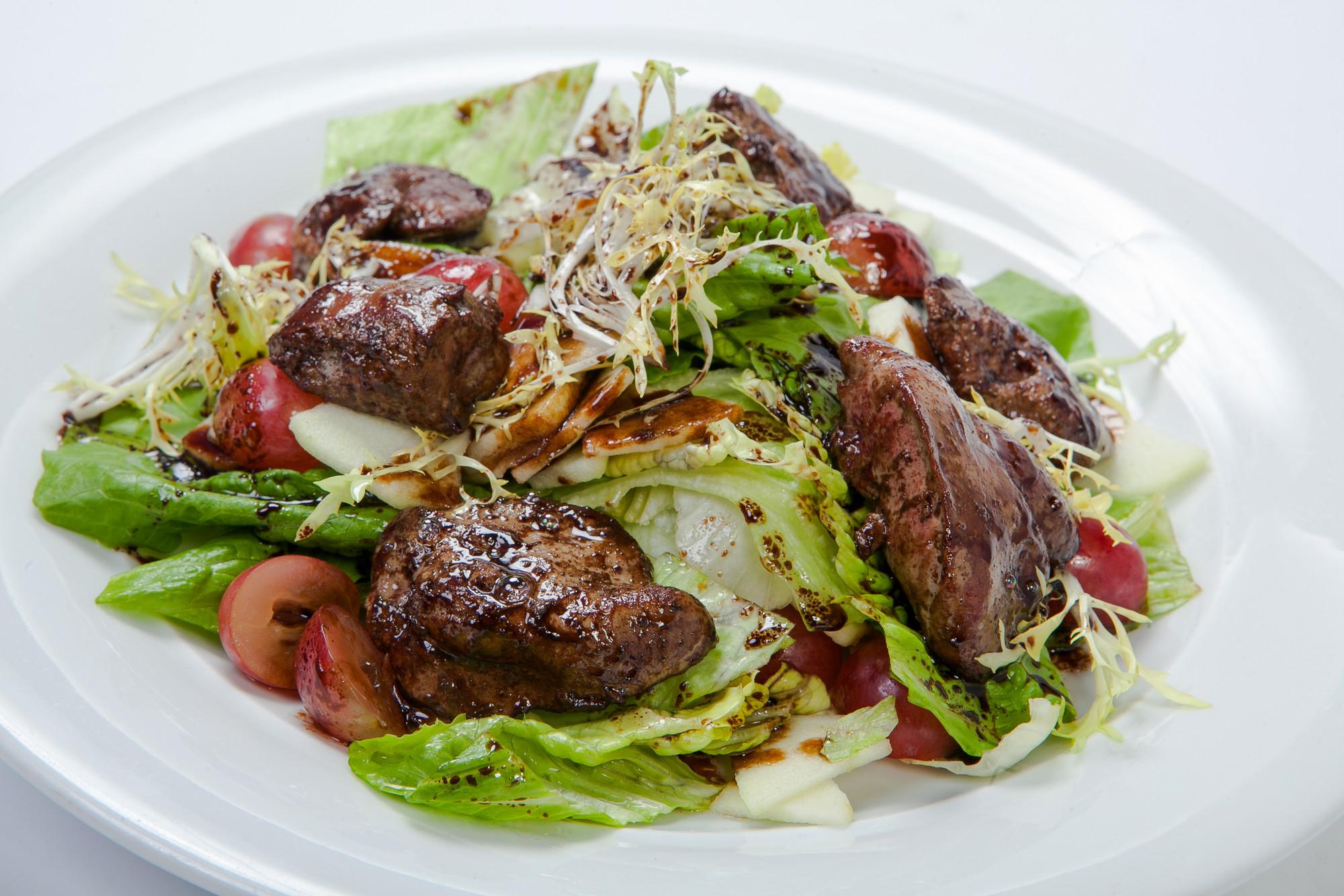 Салат из рукколы с печенью и виноградом