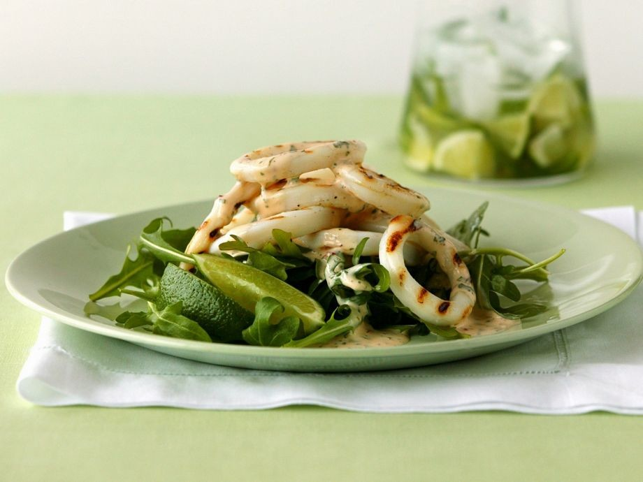 Салат из кальмаров с рукколой