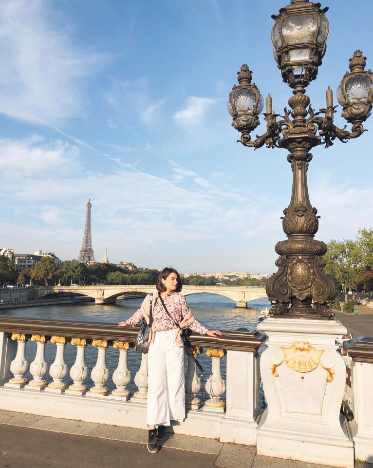 В Париже. Мария знает, с какого ракурса лучше делать фото с башней. Фото: из архива М. Себовой