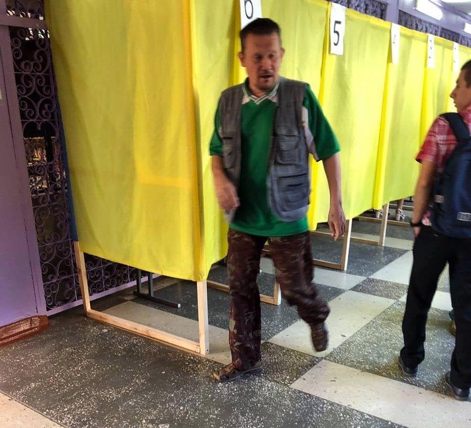 Избиратель-нарушитель в Чернигове. Фото: ОПОРА