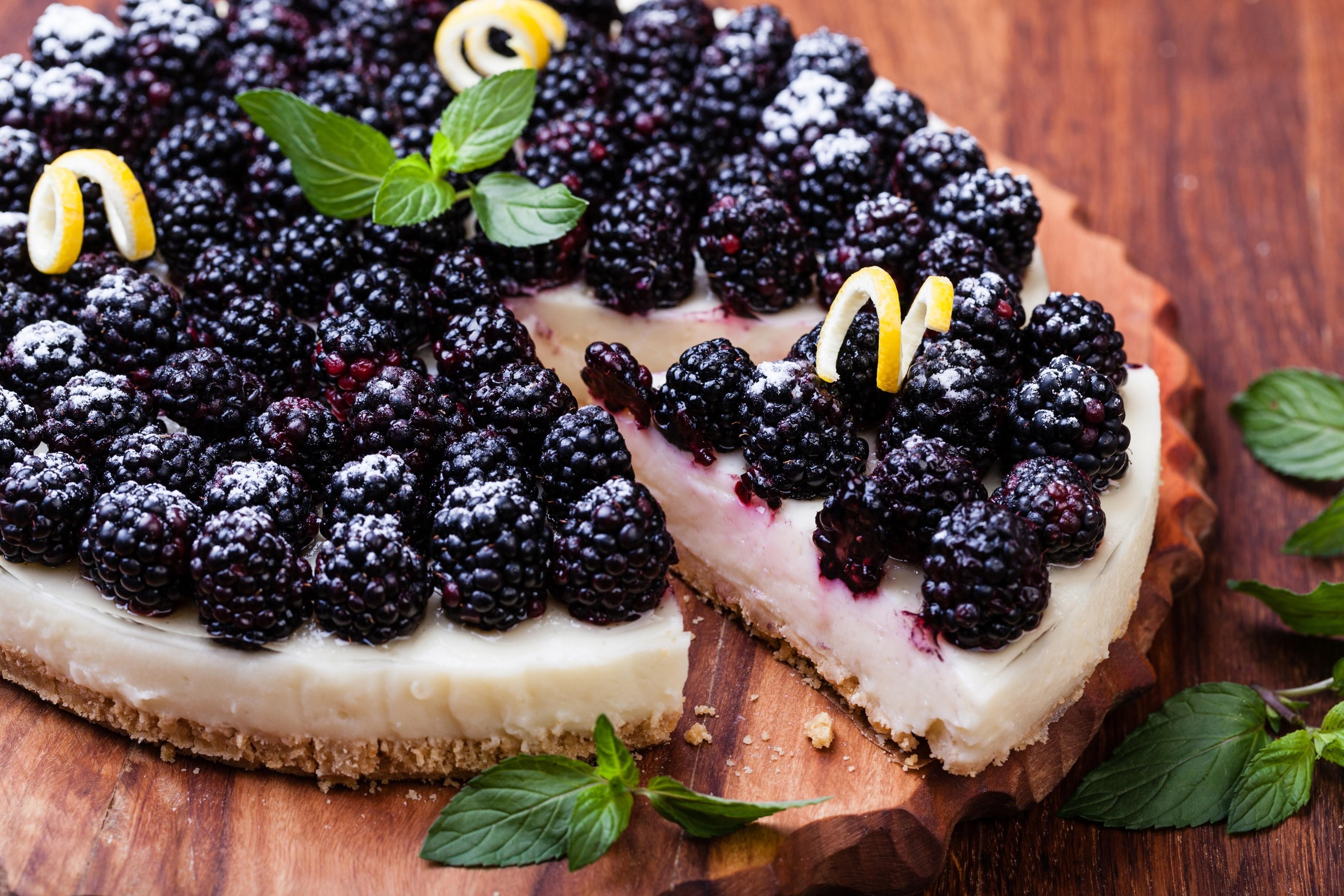 Що приготувати з ожини: ТОП-5 літніх десертів
