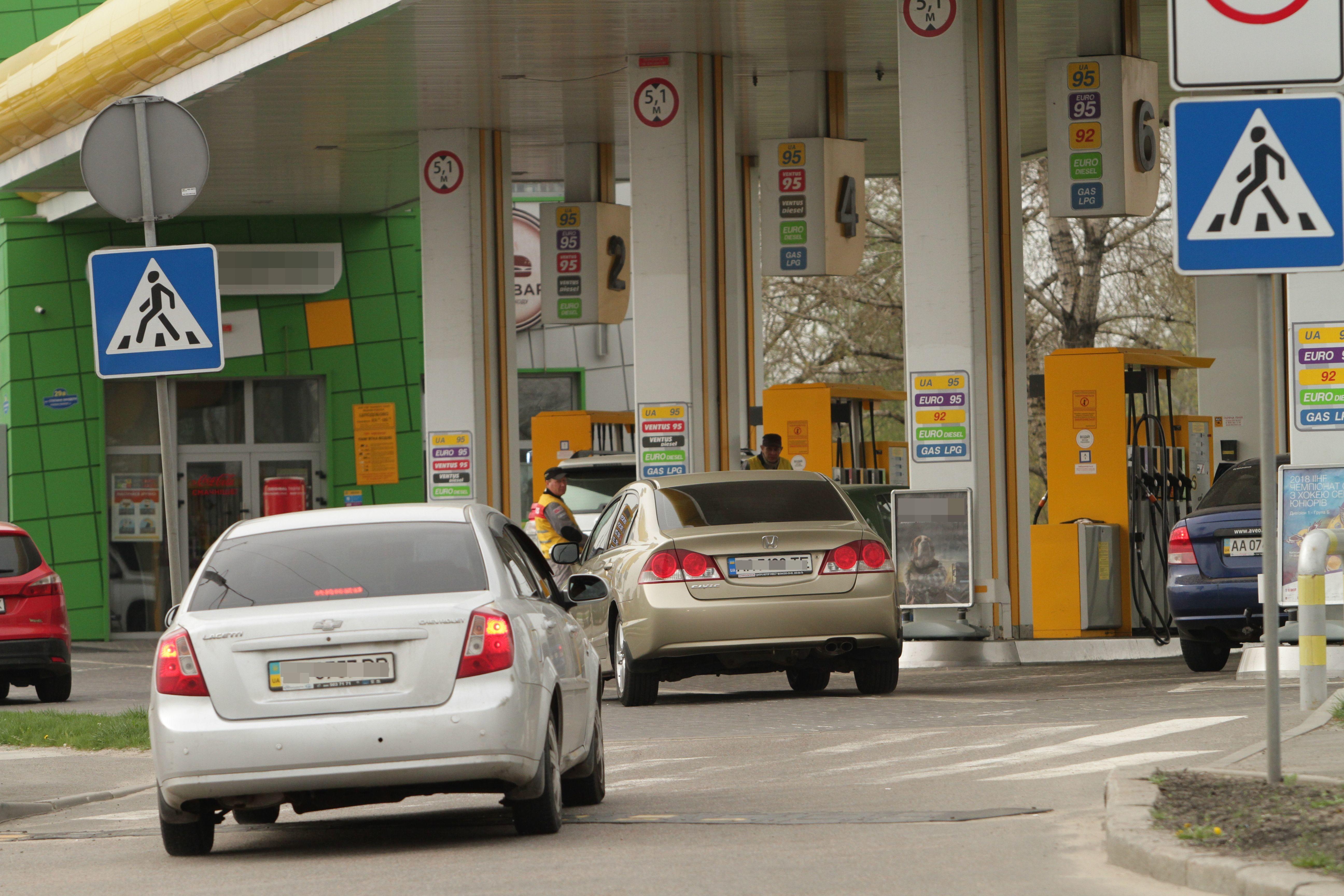 АЗС опустили ціни на пальне: чого чекати автовласникам в серпні, фото-2
