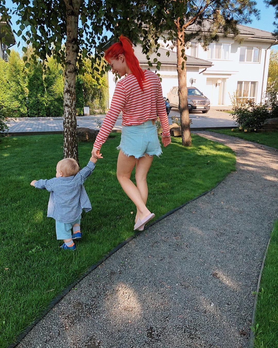 Светлана Тарабарова показала фото, на которых ее 11-месячный сын делает первые шаги