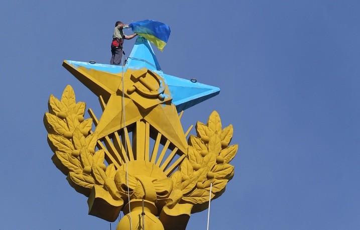 Руфер Mustang разрисовал звезду в Москве