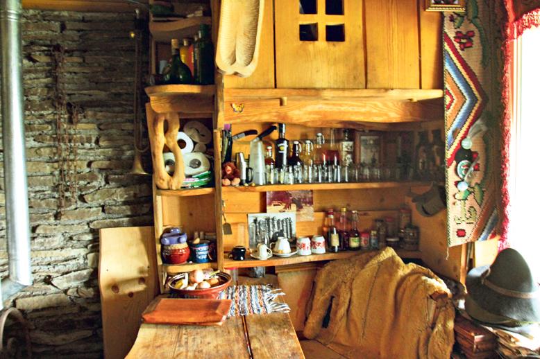 На кухне. Янко — хранитель коллекции дивных наливок и настоек