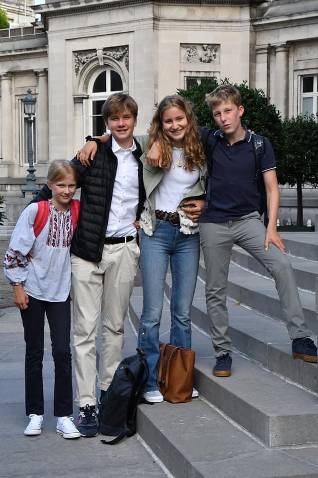 11-річна Елеонора зі своїми братами і сестрою