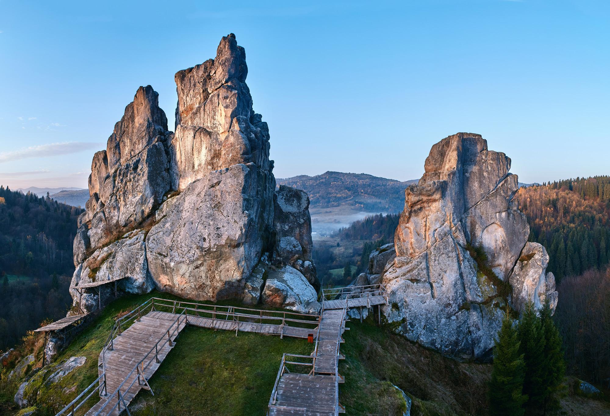 Урицкие скалы, Тустань